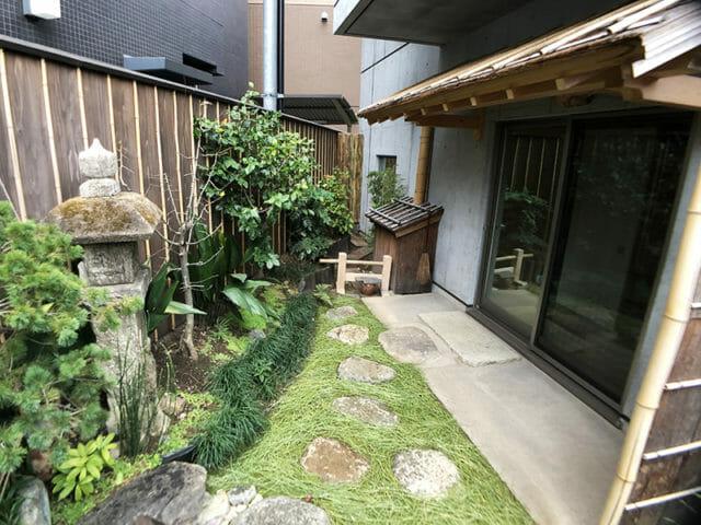 松葉を敷き詰めた涵養庵の庭